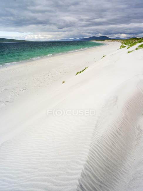 Île de Berneray (Bearnaraidh), une petite île située dans le son de Harris à la pointe nord de North Uist. West Beach avec les montagnes de Harris en arrière-plan. Europe, Écosse, juin — Photo de stock