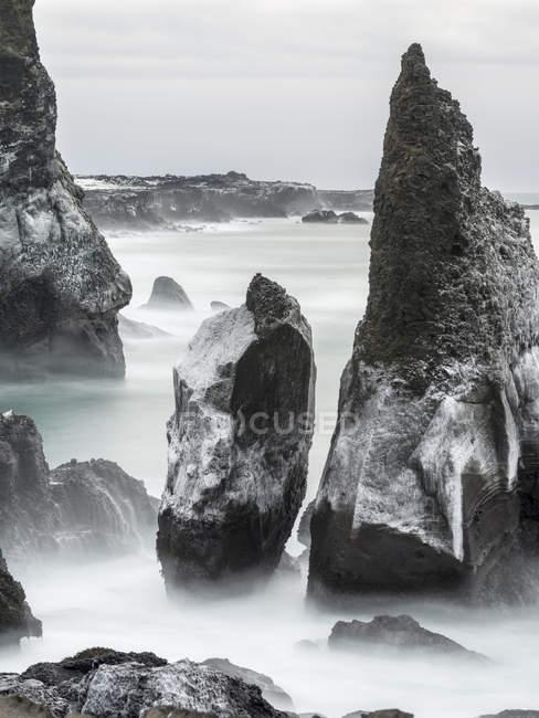 Costa Atlântica do Norte durante o inverno perto de Reykjanesviti e Valahnukur. europa, norte da Europa, Islândia, fevereiro — Fotografia de Stock