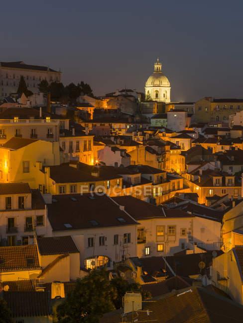 Вид на море будинків Алфама, Старе місто, що датується мавританським часом. Лісабон (Lisboa) столиця Португалії. Європа, Південна Європа, Португалія, березень — стокове фото