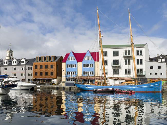 Península de Tinganes con casco antiguo, distrito gubernamental y el puerto occidental. Torshavn (Thorshavn) la capital de las Islas Feroe en la isla de Streymoy en el Atlántico Norte, Dinamarca, Europa del Norte - foto de stock