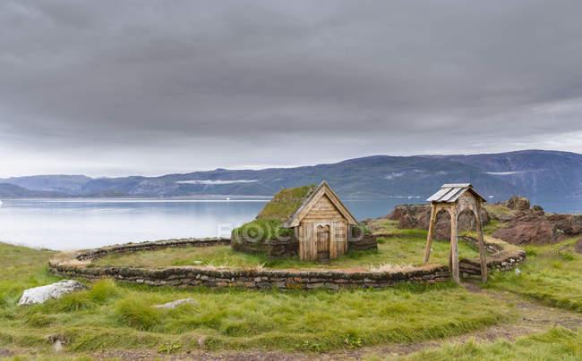 Replica della chiesa di Tjodhilde. L'insediamento di Qassiarsuk, probabilmente il vecchio Brattahlid, la casa di Erik il Rosso. America, Nord America, Groenlandia, Danimarca — Foto stock