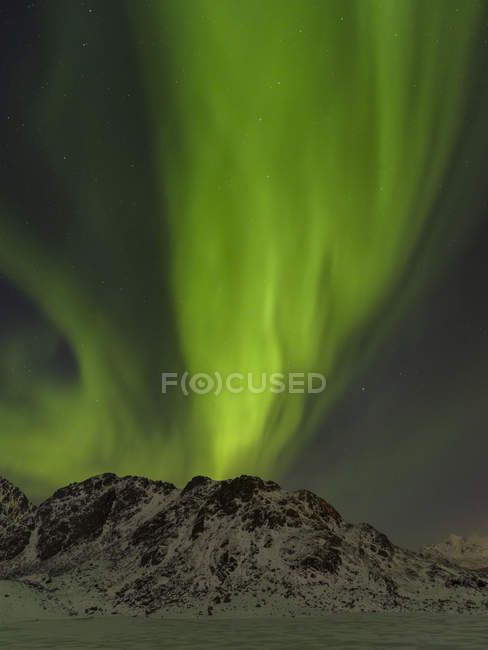 Северное сияние над замёрзшим озером Викватнет около Лекнеса, остров Вествагой. Лофотенские острова в северной Норвегии зимой. Европа, Скандинавия, Норвегия, февраль — стоковое фото