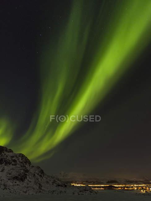 Северное сияние возле Лекнеса, остров Вествагой. Лофотенские острова в северной Норвегии зимой. Европа, Скандинавия, Норвегия, февраль — стоковое фото