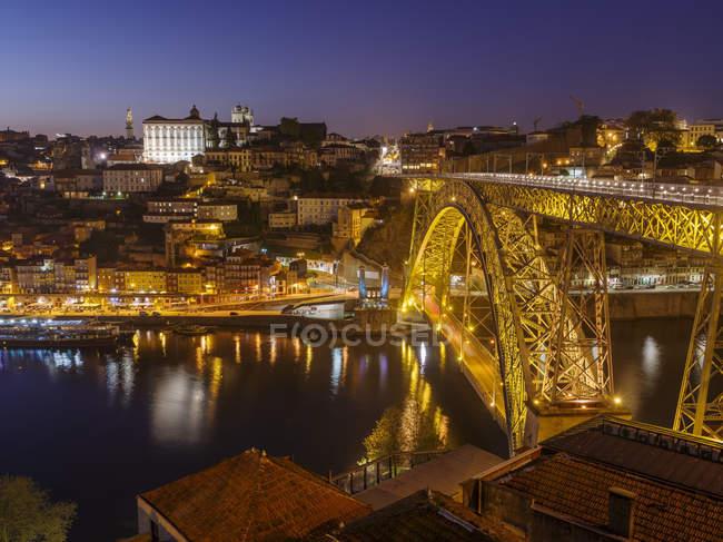 Вид з Віла-нова-де-Гая в напрямку Порто з старим містом і мостом Понте-Дом-Луїс-I. Сіті Порто (порту) в Ріо-Дору на півночі Португалії. Старе місто занесене до списку Всесвітньої спадщини ЮНЕСКО. Європа, Південна Європа, Португалія, квітень — стокове фото