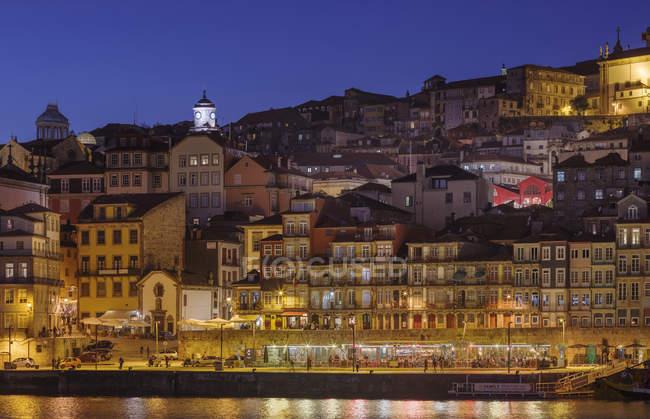 Vista desde Vila Nova de Gaia hacia Oporto con el casco antiguo. Ciudad de Oporto (Oporto) en Río Duero en el norte de Portugal. El casco antiguo está catalogado como patrimonio mundial de la UNESCO. Europa, sur de Europa, Portugal, abril - foto de stock