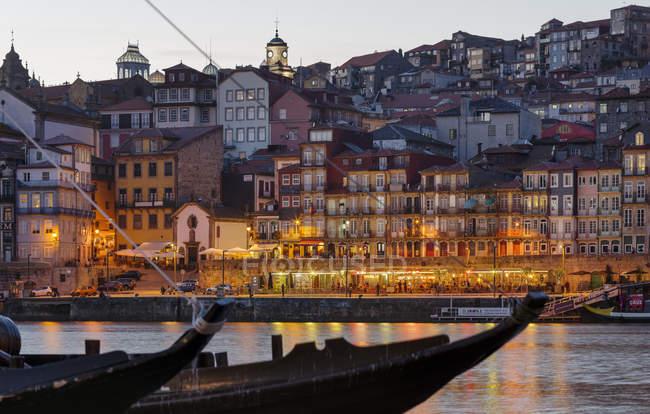 Вид з Віла-нова-де-Гая в напрямку Порто з старим містом. Сіті Порто (порту) в Ріо-Дору на півночі Португалії. Старе місто занесене до списку Всесвітньої спадщини ЮНЕСКО. Європа, Південна Європа, Португалія, квітень — стокове фото
