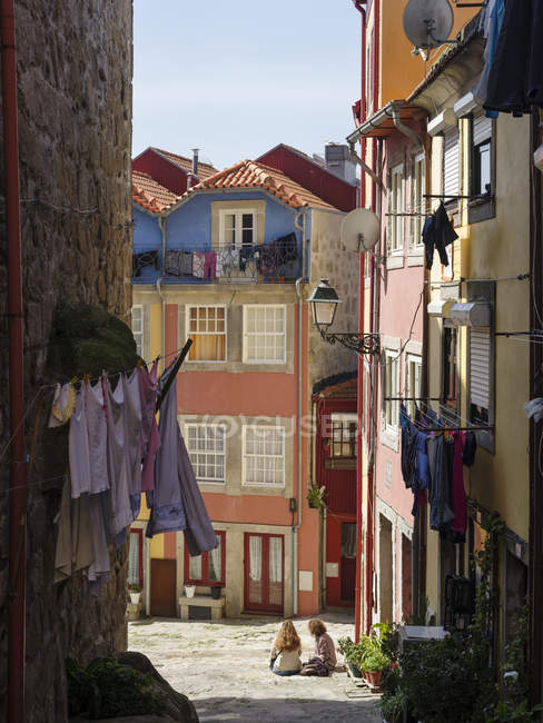 The narrow lanes of  the quarter Ribeira at the old harbour in the old town. City Porto (Oporto) at Rio Douro in the north of Portugal. The old town is listed as UNESCO world heritage. Europe, southern Europe, Portugal, April — стокове фото