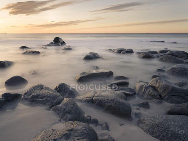 Strand in der Nähe von vikten auf der Insel flakstadoya. die lofoten inseln in norwegen im winter. europa, skandinavien, norwegen, februar — Stockfoto