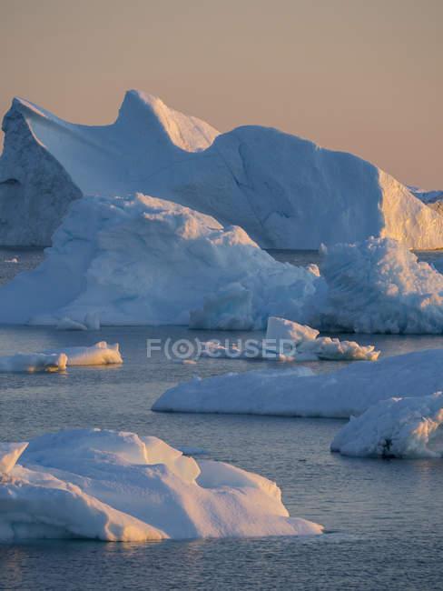 Icebergs na Baía de Disko. A aldeia Inuit Oqaatsut (uma vez chamado Rodebay) localizado na Baía de Disko. América do Norte, Gronelândia, Dinamarca — Fotografia de Stock