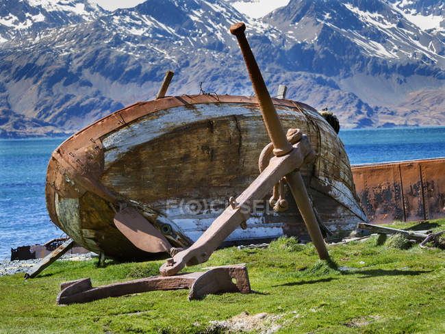 Wreck of a small ship. Grytviken Whaling Station in South Georgia. Grytviken is open to visitors, but most walls and roofs of the factory have been demolished for safety reasons. Antarctica, Subantarctica, South Georgia, October - foto de stock