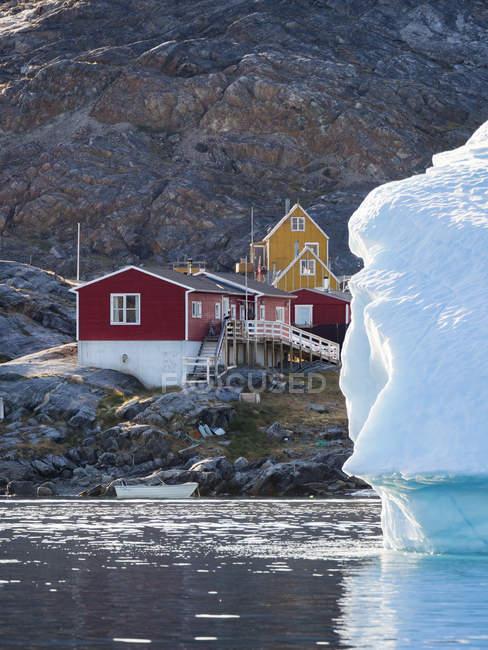 Ikerasak, uma pequena aldeia piscatória tradicional na ilha de Ikerasak, no sistema fiorde Uummannaq, no norte da zona verde ocidental. América do Norte, Gronelândia, Dinamarca — Fotografia de Stock