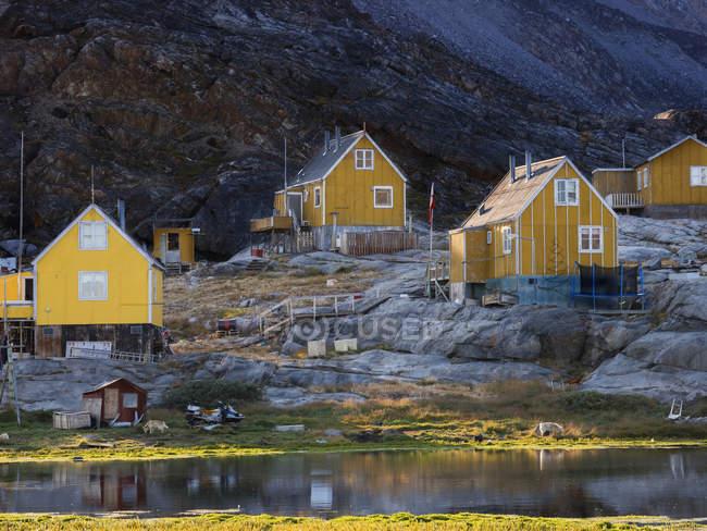 Ikerasak, un piccolo villaggio di pescatori tradizionale sull'isola di Ikerasak nel sistema del fiordo di Uummannaq, nel nord della Groenlandia occidentale. America, Nord America, Groenlandia, Danimarca — Foto stock