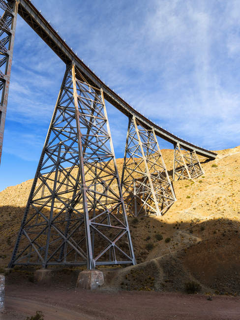Puente ferroviario La Polvorilla hito del Altiplano en Argentina cerca de San Antonio de los Cobres. El puente es la última parada del tren turístico Tren a las Nubes. De lo contrario, el ferrocarril Salta-Antofagasta es solo para trenes de mercancías. Ame del Sur - foto de stock