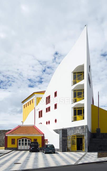 Auditório Arquitetura municipal, moderna e contemporânea em Velas, a principal cidade da ilha. Ilha de São Jorge, uma ilha dos Açores (Ilhas dos Acores) no oceano Atlântico. Os Açores são uma região autónoma de Portugal. Europa, Portugal, Az — Fotografia de Stock