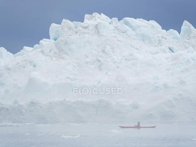 Caiaque no nevoeiro na frente de enormes icebergs. Ilulissat Icefjord também chamado de cangia ou Ilulissat Kangerlua na Baía Disko. O fiorde de gelo está listado como patrimônio mundial da UNESCO. América do Norte, Gronelândia, Dinamarca — Fotografia de Stock