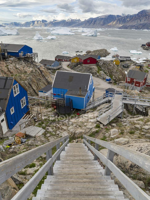 The town Uummannaq in the north of West Greenland, located on an island  in the Uummannaq Fjord System, in background the Nuussuaq (Nugssuaq) Peninsula.  America, North America, Greenland — Stock Photo