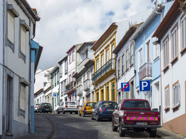 Streets of the old town with the famous facades. Capital Angra do Heroismo, the historic center is part of UNESCO world heritage.   Island Ilhas Terceira, part of the Azores (Ilhas dos Acores) in the atlantic ocean, an autonomous region of Portugal. — Fotografia de Stock