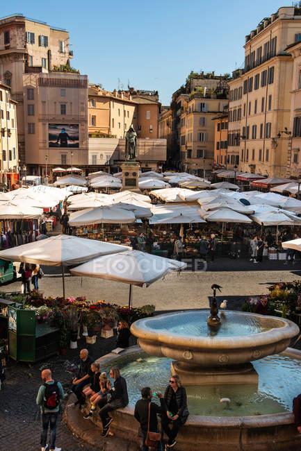 Щотижневий ринок, площа Piazza Campo dei Fiori, Рим, Лаціо, Італія, Європа — стокове фото