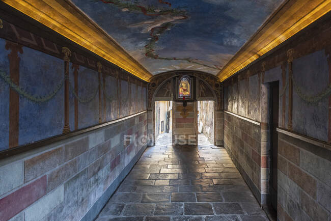 Arco di Grottapinta, pedestrian underpass and painting of  La Madonna del Latte, Roma, Lazio, Italy, Europe — Stock Photo