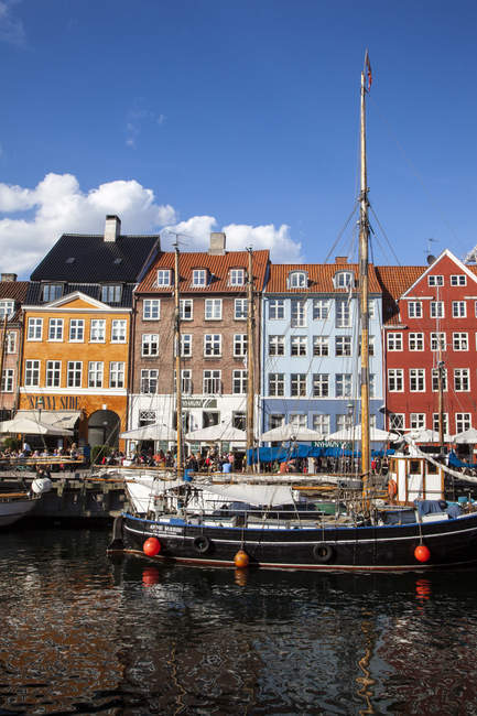 Old houses, boats and Cafes along the Nyhavn Canal, Copenhagen, Denmark, Europe — Stock Photo