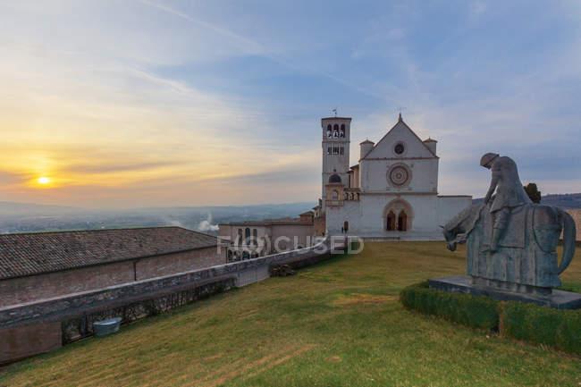 Basilika St. Franziskus bei Sonnenuntergang, Assisi, Umbrien, Italien, Europa — Stockfoto