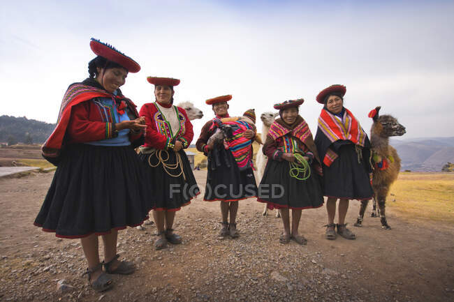 Women in traditional clothes in Cuzco, Peru, America — Stock Photo