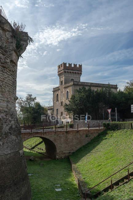 Viale delle Rimembranze avenue, View of Porta Nuova gate, Village, Colle di Val d'Elsa, Tuscany, Italy, Europe — Stock Photo