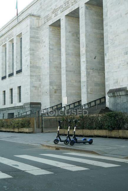 Rua de Milão durante quarentena coronavírus,, estilo de vida COVID-19, Tribunal de Milão, Milão, lombardia, Itália, Europa — Fotografia de Stock