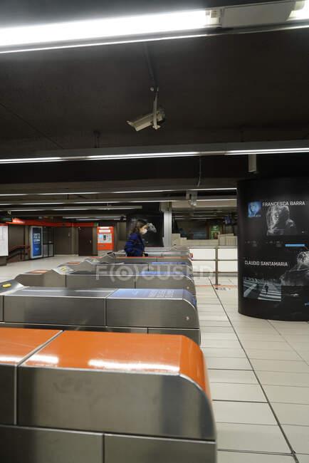 Persone in metropolitana di Milano durante la quarantena coronavirus, stile di vita COVID-19, stazione della metropolitana Duomo, Lombardia, Italia, Europa — Foto stock