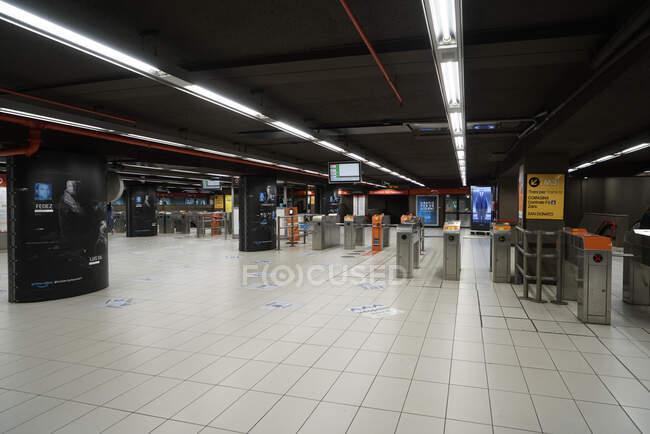 Пустой метро Милана во время коронавирусного карантина, COVID-19 образ жизни, станция метро Duomo, Ломбардия, Италия, Европа — стоковое фото