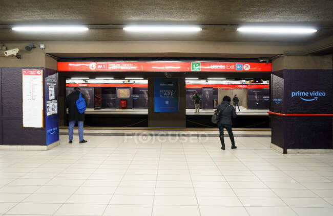 Pessoas no metrô de Milão durante quarentena coronavírus, estilo de vida COVID-19, estação de metrô Duomo, Lombardia, Itália, Europa — Fotografia de Stock