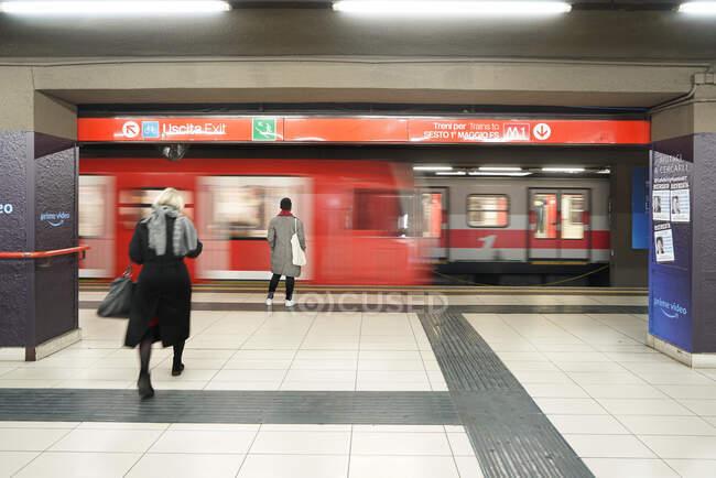 Люди в метро Милана во время коронавирусного карантина, образ жизни COVID-19, станция метро Duomo, Ломбардия, Италия, Европа — стоковое фото