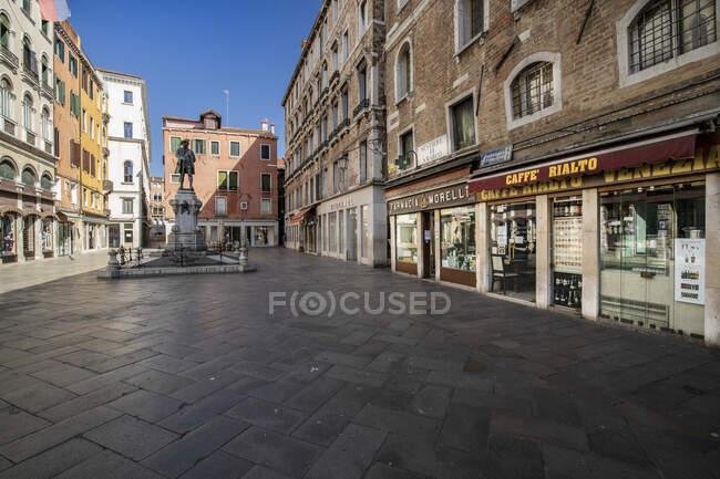 Campo San Bartolomeo durante quarentena de coronavírus, estilo de vida COVID-19, Veneza, Veneto, Itália, Europa — Fotografia de Stock