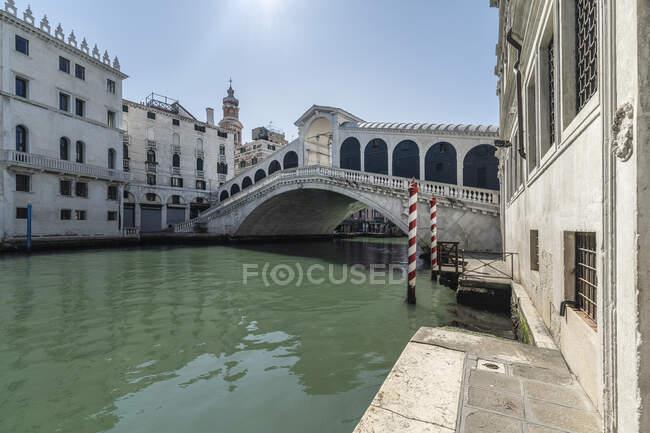Puente de Rialto durante la cuarentena del coronavirus, estilo de vida COVID-19, Venecia, Véneto, Italia, Europa - foto de stock