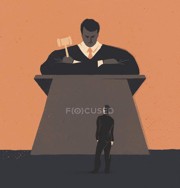 Человек, стоящий перед большим судьей — стоковое фото