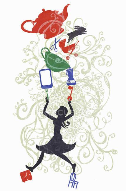 Подчеркнутая женщина жонглирует с различными предметами — стоковое фото