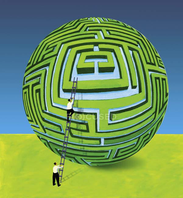 Homme d'affaires soutenant collègue sur l'échelle au labyrinthe sphérique — Photo de stock