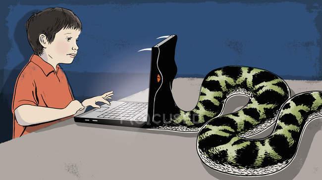 Serpent manger ordinateur portable de garçon — Photo de stock