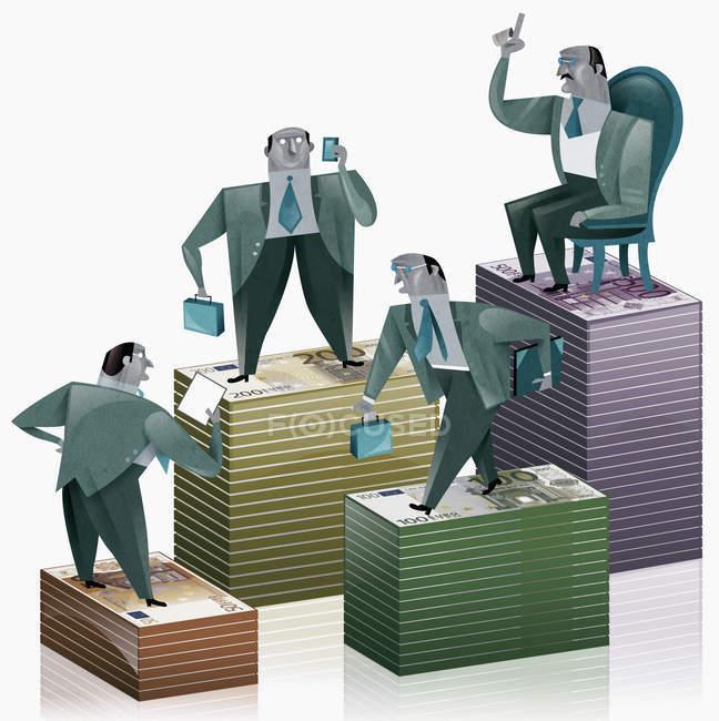 Hombres de negocios de pie sobre montones de dinero - foto de stock