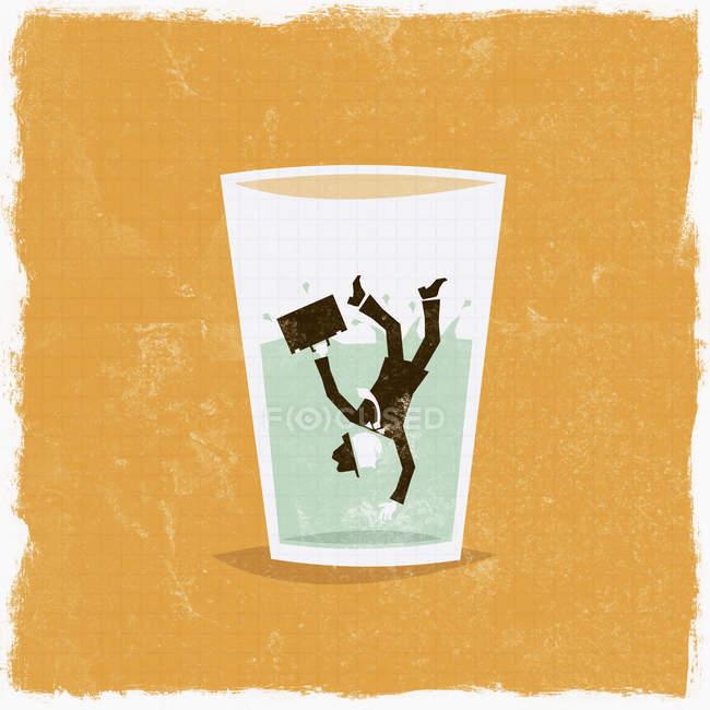 Бізнесмен, що падає у склянку води — стокове фото