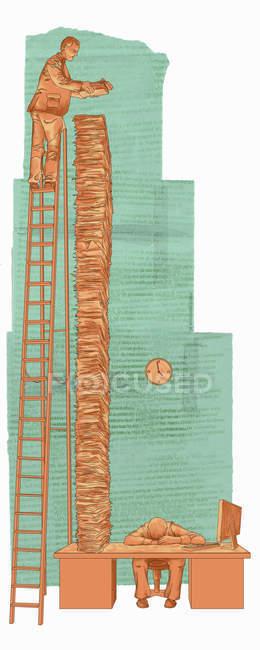 Mann auf Leiter stapelt großen Stapel Papiere auf Schreibtisch — Stockfoto