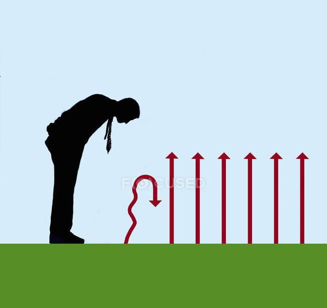 Человек, смотрящий вниз на наклонную стрелку рядом с прямыми стрелками — стоковое фото