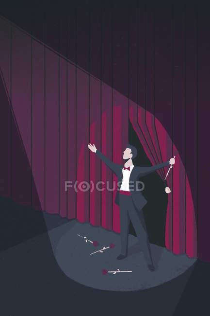В центре внимания на театрального исполнителя принимая занавес вызова — стоковое фото