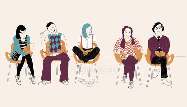 Пять человек, сидящих на стульях подряд — стоковое фото