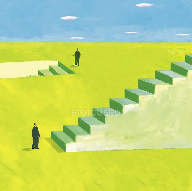 Два бизнесмена, стоящие на лестнице, идут вверх и вниз — стоковое фото