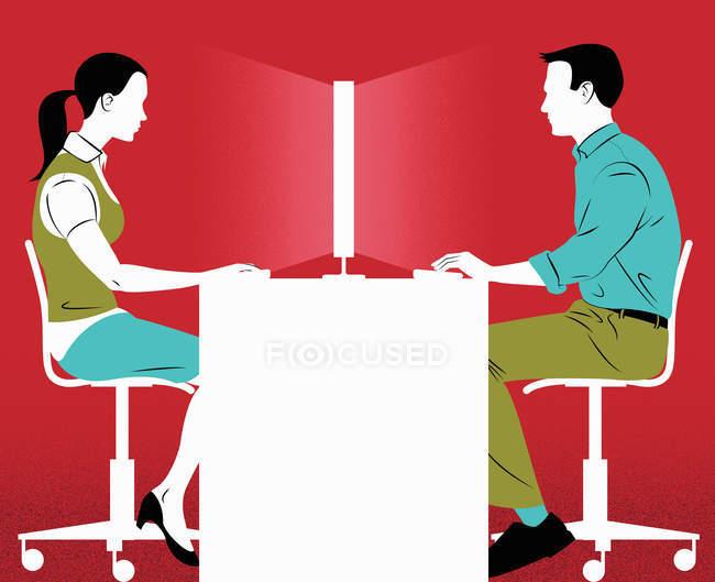 Uomo e donna alla scrivania condividono lo schermo del computer — Foto stock