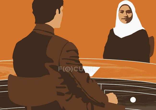 Мужчина разговаривает с мусульманской женщиной — стоковое фото