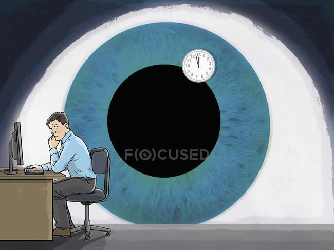 Grand oeil regardant l'homme au bureau — Photo de stock
