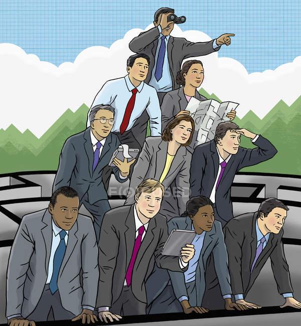 Les hommes d'affaires construisent une pyramide pour regarder du labyrinthe — Photo de stock