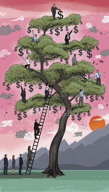 Деловые люди, забирающиеся на денежное дерево — стоковое фото